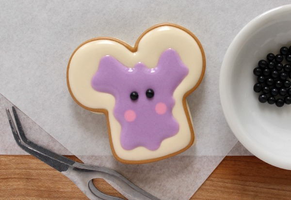 How to make adorable peanut butter and jelly cookies with a dog bone cookie cutter via Sweetsugarbelle.com
