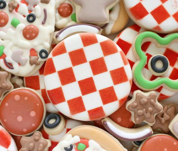 How to use the Stencil Genie to make perfectly stenciled sugar cookies via Sweet Suagrbelle.com